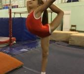 Гимнастический купальник для девочек красный без рукавов.