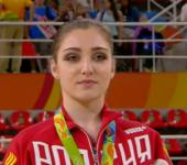 Алия Мустафина завоевывает золото Олимпиады в Рио на брусьях.